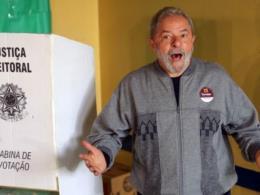 Lula vota em São Bernardo do Campo sob vaias e aplausos