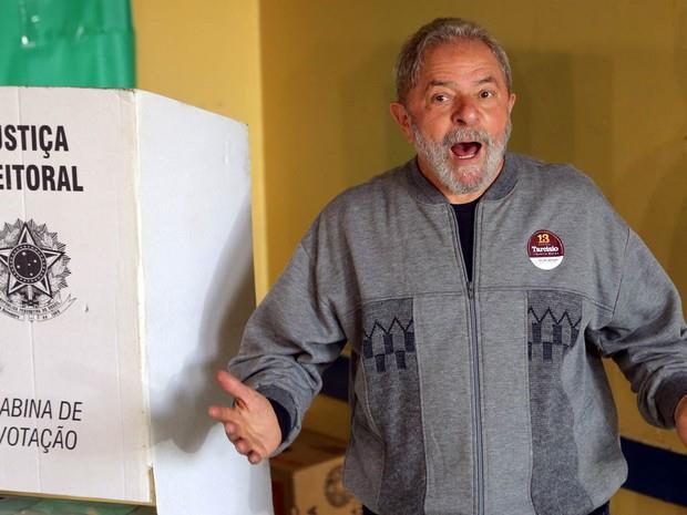 O ex-presidente chegou ao colégio João Firmino, no bairro Assunção, pouco antes das 12h