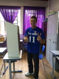 Candidato de Vale do Sol, Maiquel Silva vota acompanhado da namorada