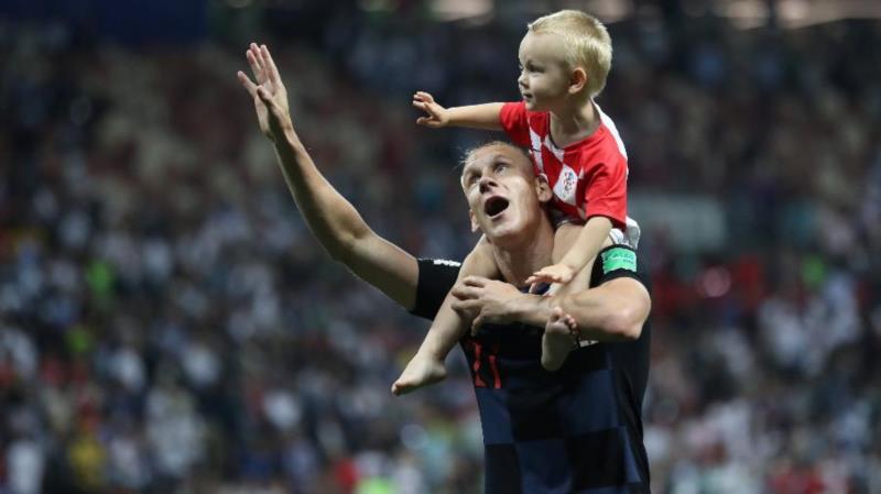 Imagem da semana: Croata Vida carrega seu filho nos ombros depois da classificação da Croácia para a final