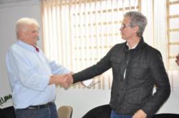 Aperto de mão entre o prefeito Guido Hoff e o diretor-presidente da Medlive, Geferson Tolotti