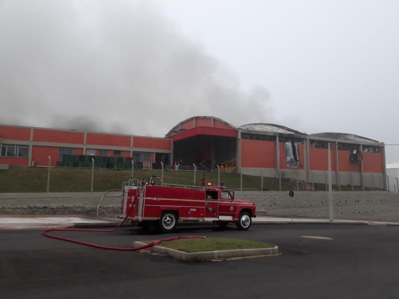 Bombeiros atuaram com três caminhões no combate as chamas
