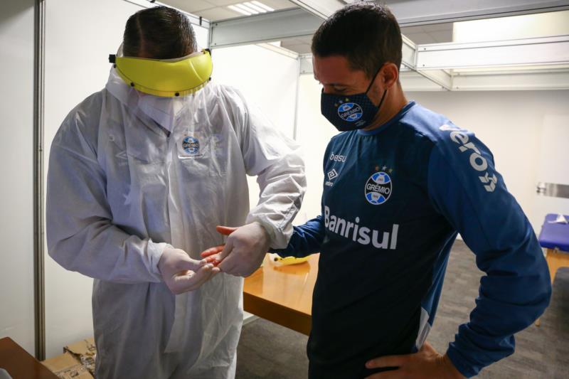 Dois atletas do Grêmio testam positivo para Covid-19