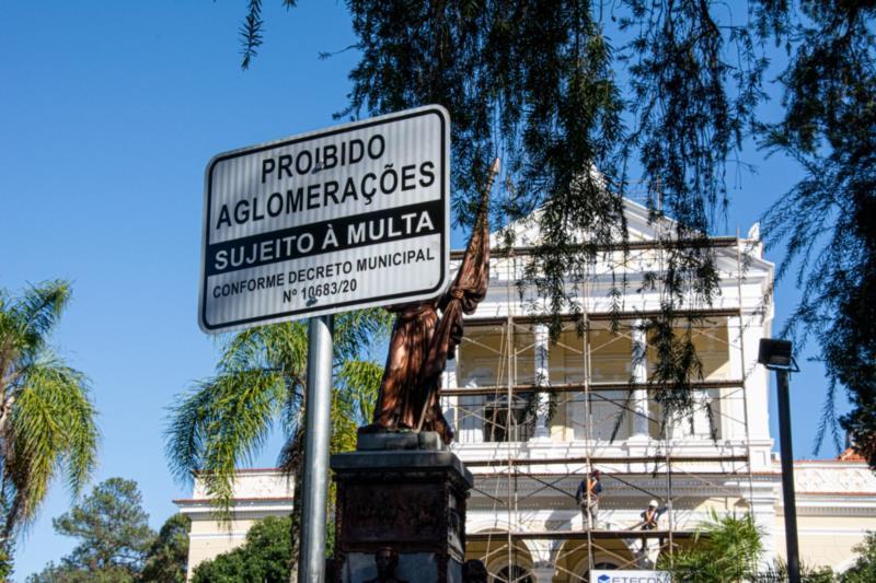 Prefeitura instala placas informativas em pontos públicos para inibir aglomerações