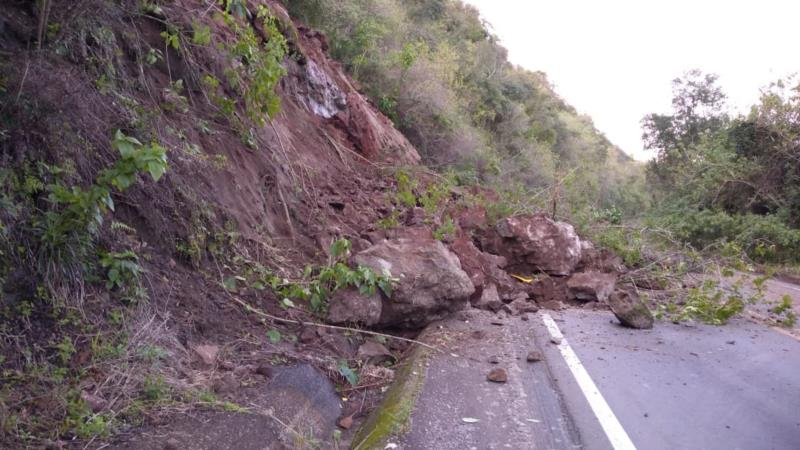 Deslizamento de terra bloqueia trânsito na ERS-400