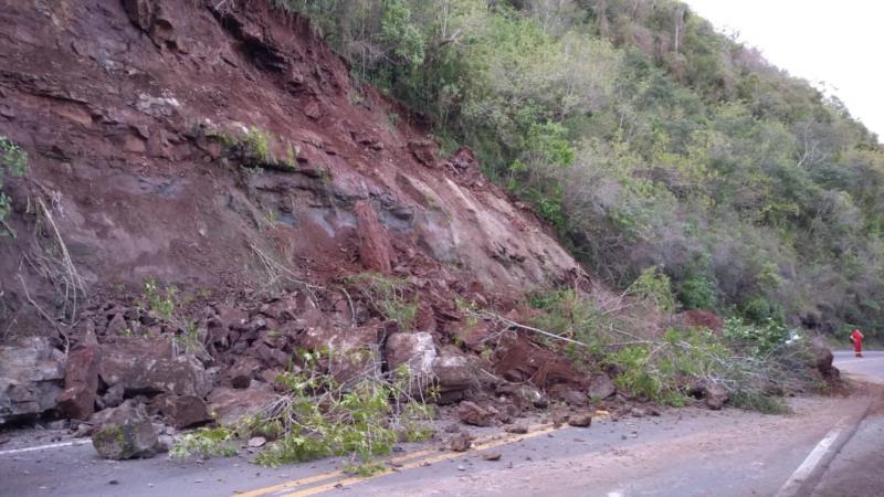 Deslizamento de terra bloqueou a rodovia