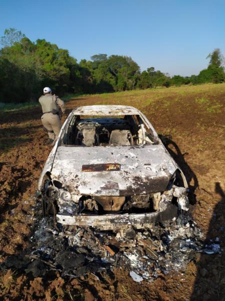 Carro foi encontrado incendiado durante a manhã