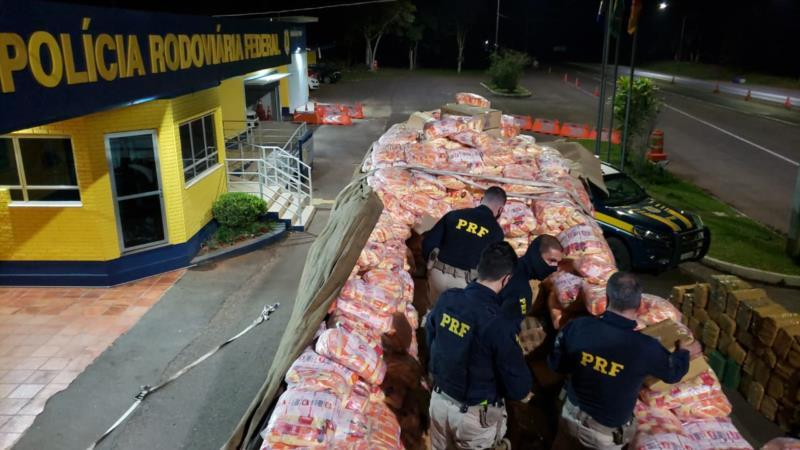 Eram diversos fardos de drogas, totalizando duas toneladas de maconha e 85 quilos de cocaína