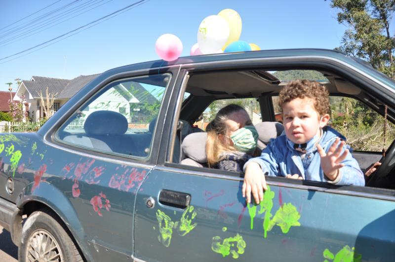 Benjamin carimbou o carro com suas mãozinhas