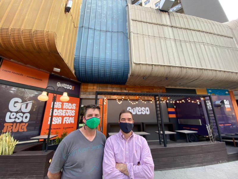 Irmãos Ferreira em frente à unidade Guloso do Shopping Santa Cruz