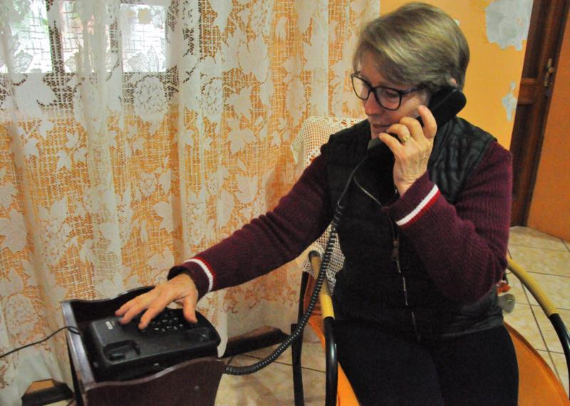 Jacinta mora em Linha Andréas e prefere fazer ligações através do telefone fixo
