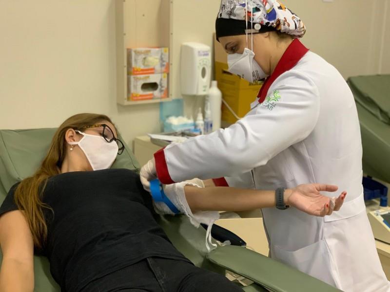 Profissionais realizam doação de sangue antes da formatura