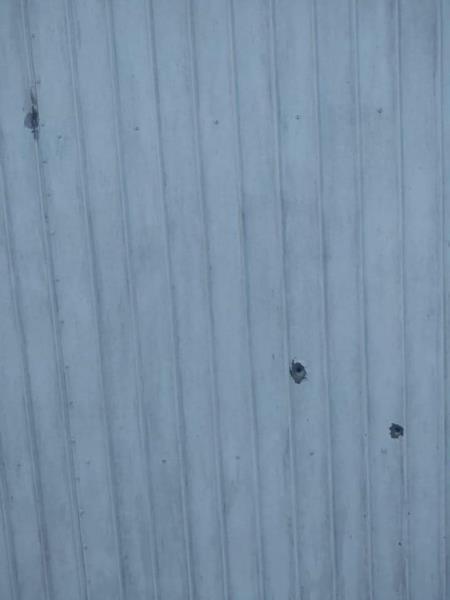 Marcas dos disparos na parede da residência