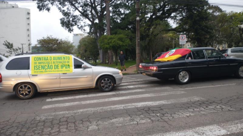 Em carreata, motoristas pedem a permanência da isenção de IPVA para carros com mais de 20 anos