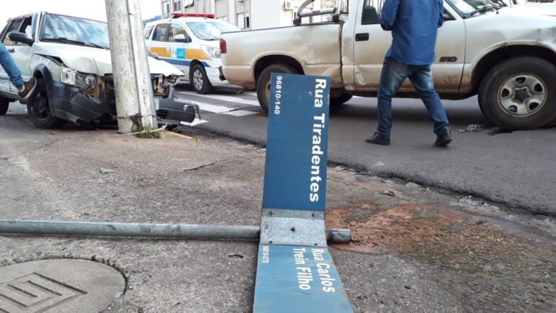 Com o impacto da colisão o Fiat Uno chegou a subir a calçada e colidiu em um poste