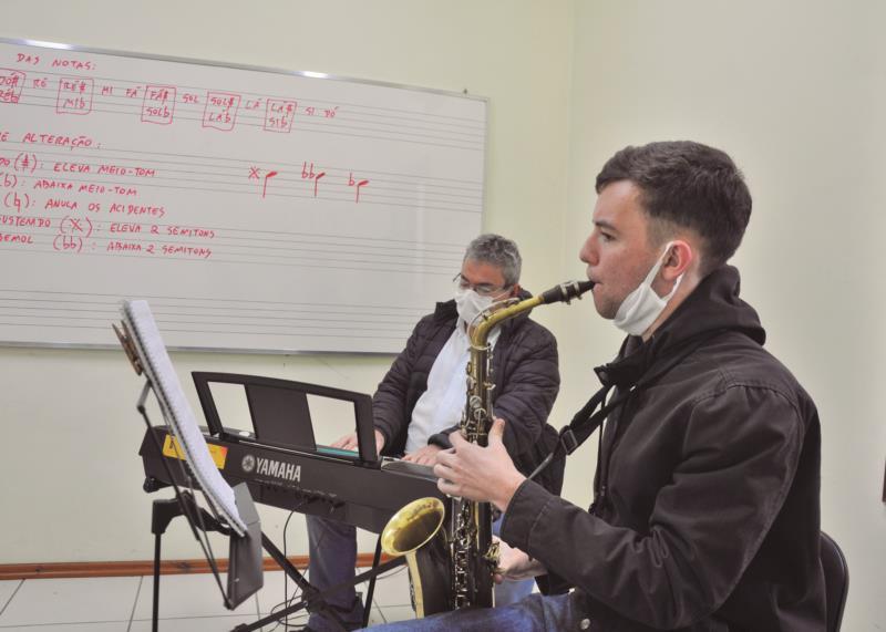 Ismael retomou aulas de música presenciais praticando individualmente