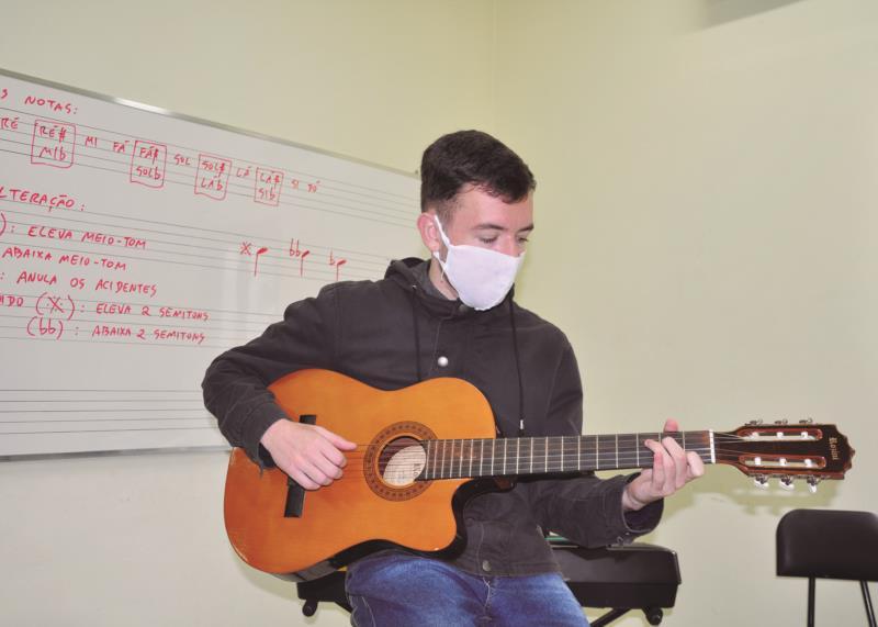 Tocar violão é um dos hobbies preferidos do jovem