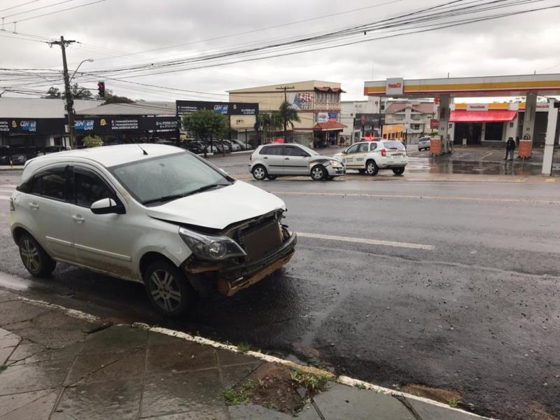 Carros colidem no cruzamento da São José com a 28 de Setembro