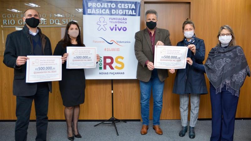 Santoro (E), Laiana, Faisal, Regina e Izabel participaram do ato de formalização do projeto
