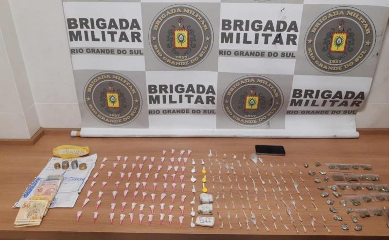 Durante diligências, foram localizados 74 pinos de cocaína,  11 porções de cocaína, 101 pedras de crack, 42 porções de maconha, dentre outros