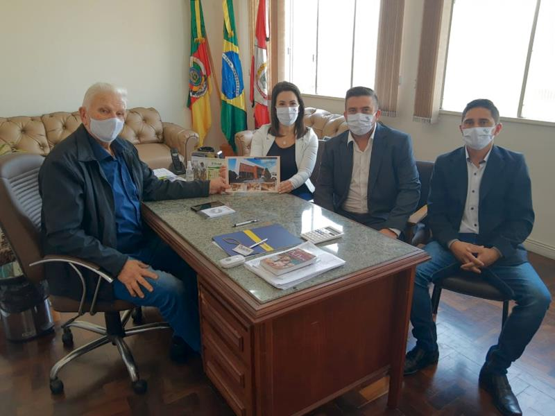 Cíntia, Lucas e Luis entregaram o projeto ao prefeito