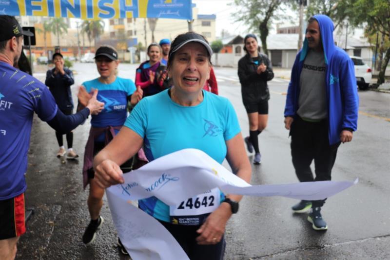 Rejane, emocionada, ao concluir a maratona
