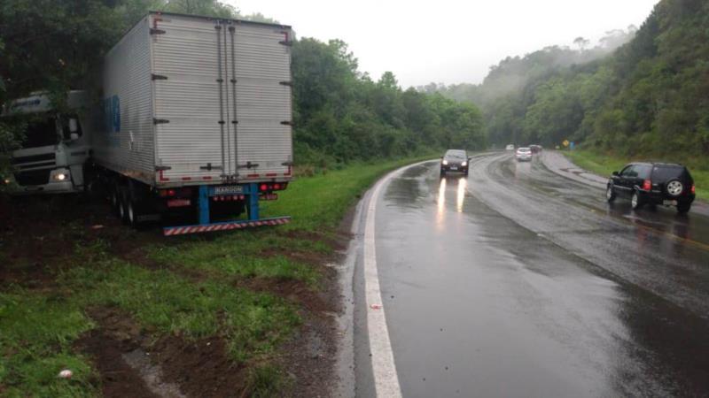 Condutor do caminhão perdeu o controle e saiu da pista