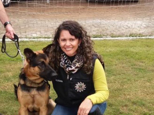 Delegada com um cão policial, nas atividades da Polícia Civil