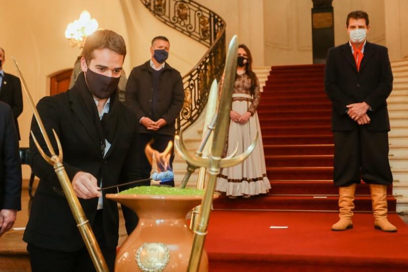 Ao acender o candeeiro, Leite oficialmente iniciou os festejos da Semana Farroupilha no Estado