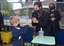 Instituições seguiram protocolos de segurança e higienização, como medição de temperatura, uso de máscara e álcool gel e regras de distanciamento