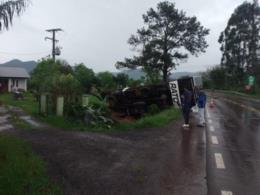 Caminhão tomba em acidente na ERS-400