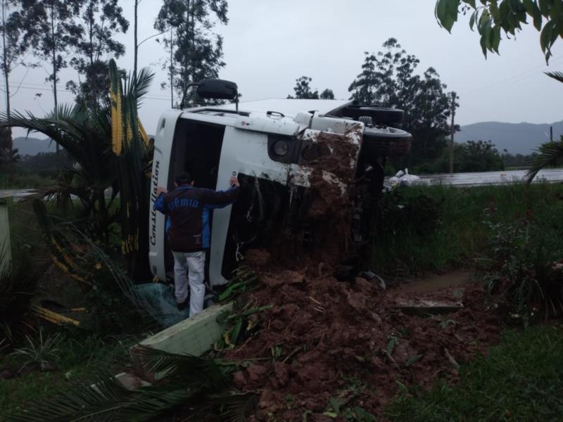 Veículo atingiu muro de uma casa