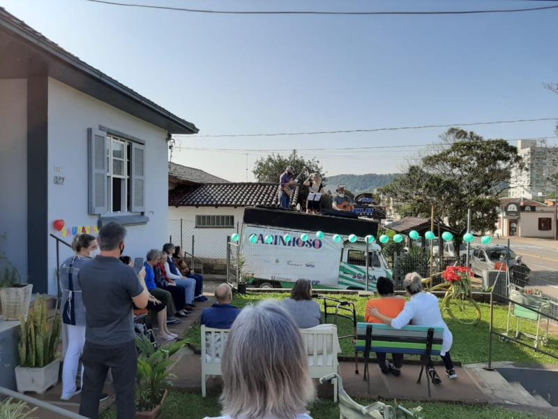 Projeto Carinhoso também leva música e alegria para as casas de repouso de Santa Cruz