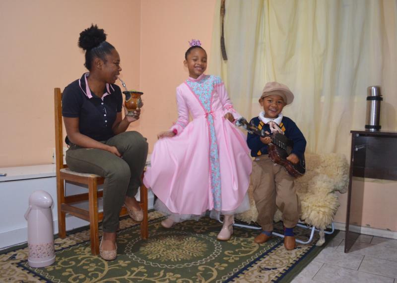 Linele e os filhos demonstram que o amor ao Rio Grande pode ser passado de geração para geração