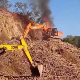 Escavadeira hidráulica pega fogo em pedreira no interior de Venâncio Aires