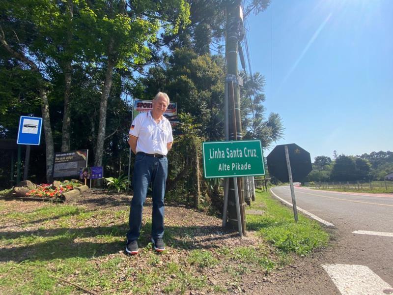 Paulo Trinks ao lado da placa de Linha Santa Cruz