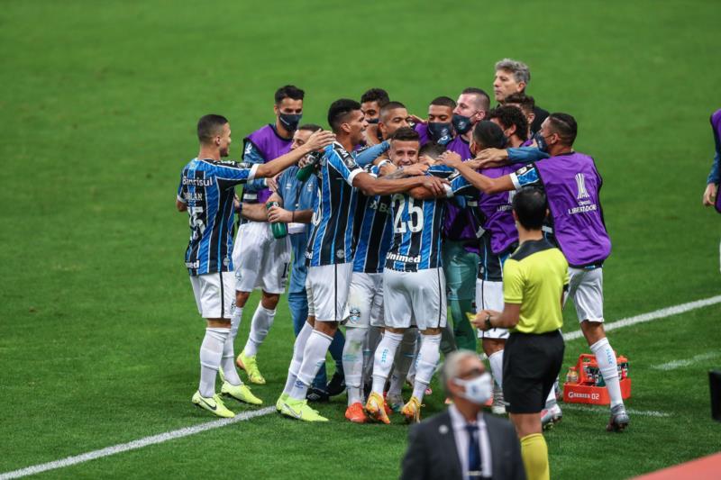 Tricolor fez dois gols em dez minutos no segundo tempo e está na primeira colocação do grupo E da competição continental