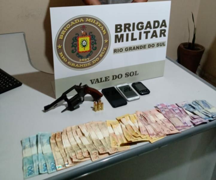 Foram apreendidos um revólver, celulares e dinheiro