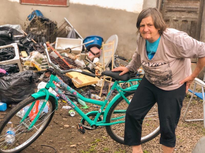Dona Delci com a bicicleta doada por Eder