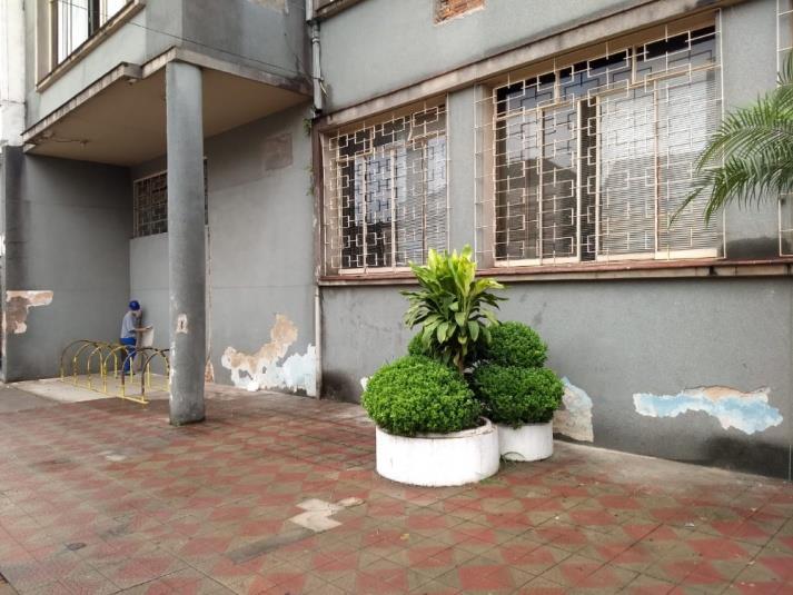 Estão sendo realizados reparos e pintura na fachada