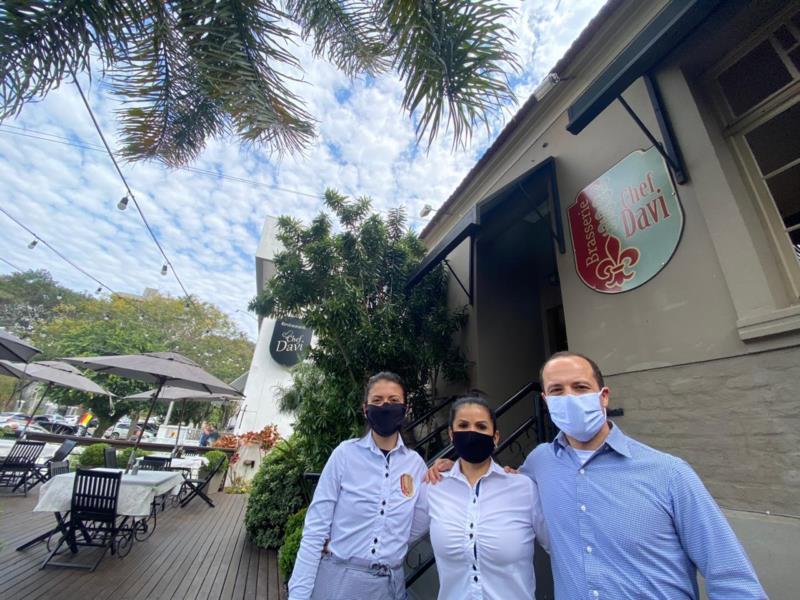 Empresário comanda o restaurante juntamente com a esposa Madalena e a filha Camila