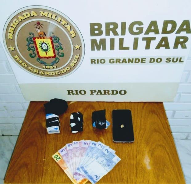 Foram encontradas 313 gramas de crack, R$ 46,00 e um celular
