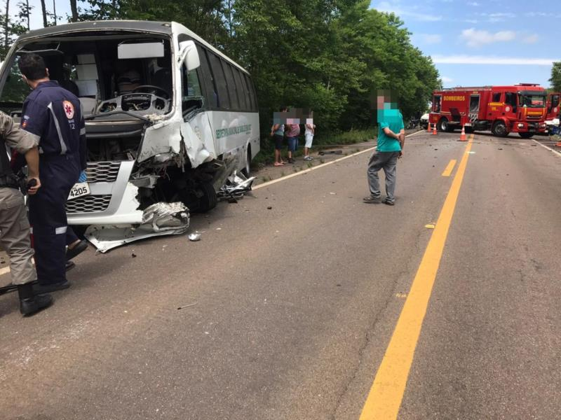 Dois ocupantes do micro-ônibus sofreram ferimentos