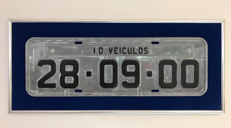 Placa simbólica que representa a data de inauguração, bem como o endereço da empresa