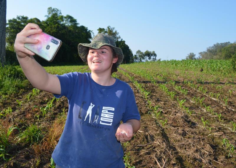 Andressa grava diariamente vídeos expondo as suas lidas no campo