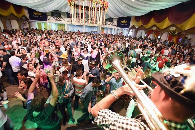 Bandas também são responsáveis pela criação de coreografias que agitam a Oktoberfest