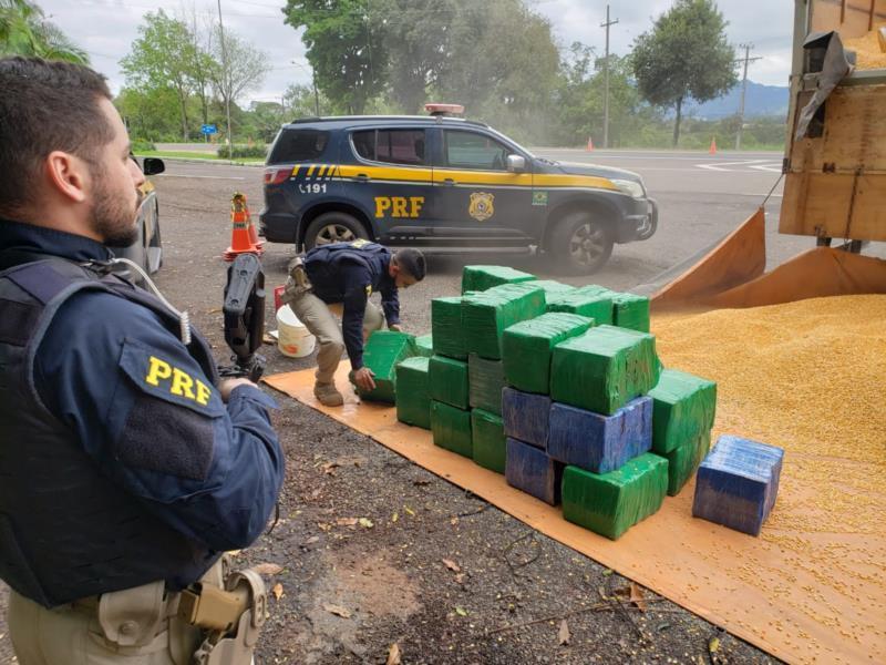 Motorista do caminhão foi preso em flagrante e indiciado pela Polícia Federal por tráfico internacional de drogas