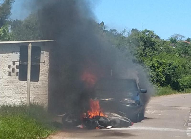 VÍDEO: Após colisão, carro arrasta moto na BR-471 em Rio Pardo