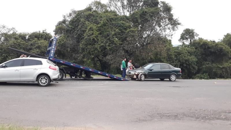Veículos foram removidos da pista pelo guincho