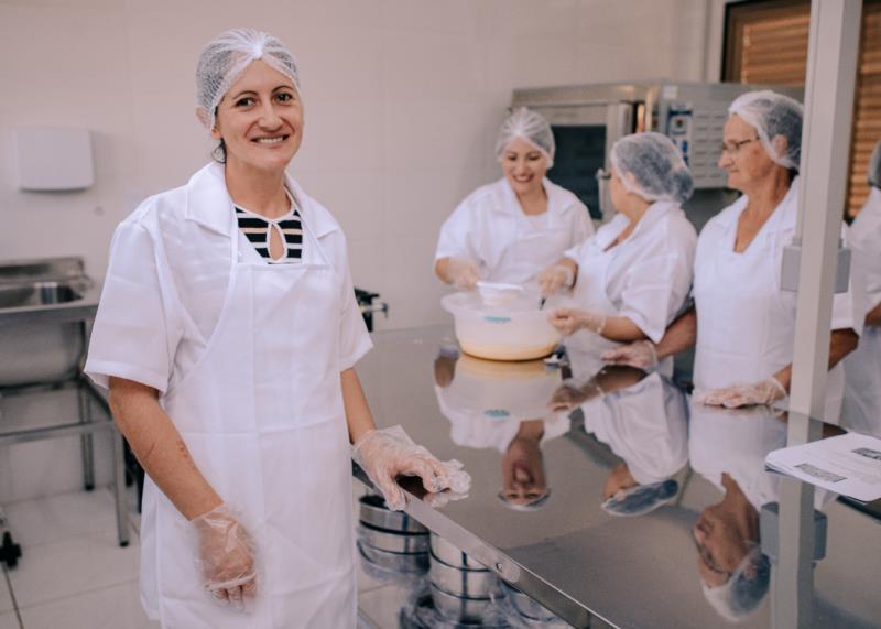 Fabricação de bolachas, cucas, pães e outros produtos melhora a autoestima e independência de 13 mulheres e contribui na prevenção ao trabalho infantil em Arroio do Tigre